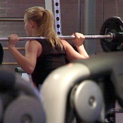 Nainen treenaa kuntosalilla.