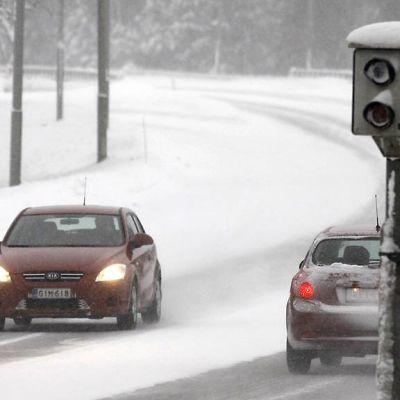 autoja tiellä talvella ja peltipoliisi