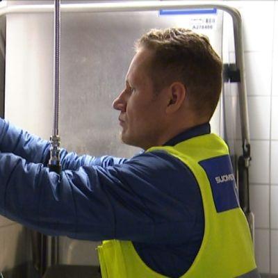 Radonasiantuntija Jarkko Ruokonen asentaa radonmittarin Rungon koulun keittiöön Kaarinan Piikkiössä.