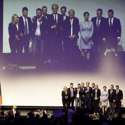 Populistijohtajat ryhmäkuvassa lavalla.