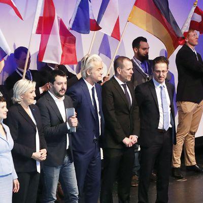 Euroopan oikeistopopulististen puolueiden johtohahmot poseeraamassa yhteiskuvassa Koblenzin kokouksessa.