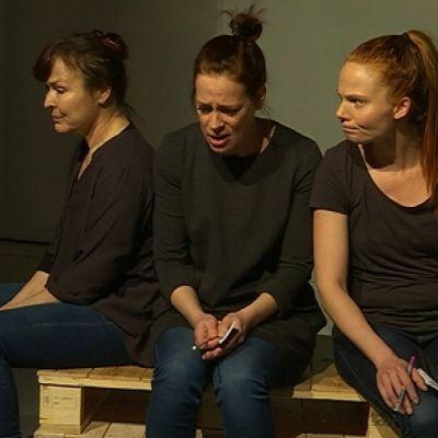 näyttelijät istuvat lavalla