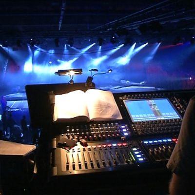 Äänimies työskentelee Porin teatterin Tuntemattoman sotilaan äänipöydällä.