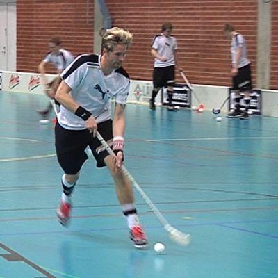 Mikko Kohonen harjoittelee kentällä pallon kanssa.