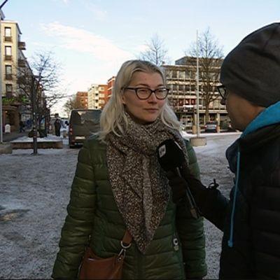 Nainen, Kiira Ikävalko-Lindqvist toimittajan Petri Niemen haastateltavana Kotkan Kauppatorilla helmikuussa