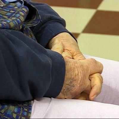Vanhuksen kädet Marjoniemen terveyskeskuksessa Kouvolassa.