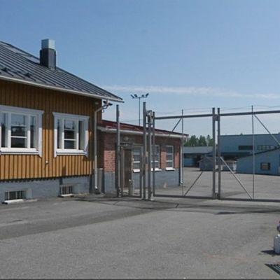 Osa Köyliön vankilan porteista ja aidoista on palvellut ennen Kakolassa.