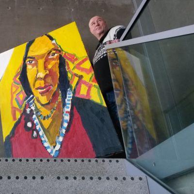 Hannu Lukin Oulun kaupungin Teatterilla ripustamassa maalauksiaan