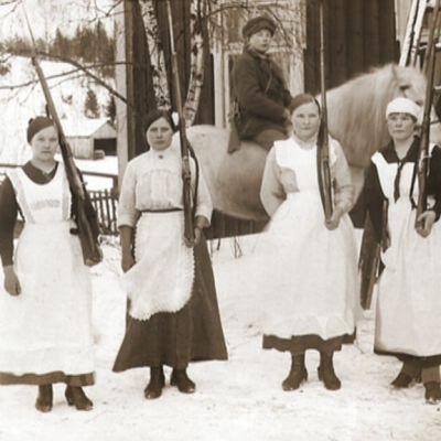 Sisällissodan naissotilaita