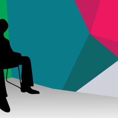 Siluettihahmo istuu tuolillaan.