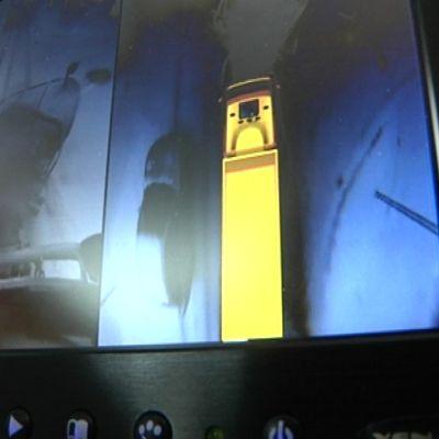 Auton hytissä oleva monitori näyttää kuvaa auton yläpuolelta ja myös siihen suuntaan, mihin auto on kulkemassa.