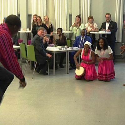Mies tanssii perinnetansseja