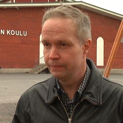 Jukka Matilainen Koskella koulun edessä.