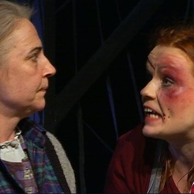 Kotkan kaupunginteatterin Puhdistuksessa nähdään muun muassa näyttelijät Anne Niilola (Aliide Truu) sekä Ella Mustajärvi (Zara).