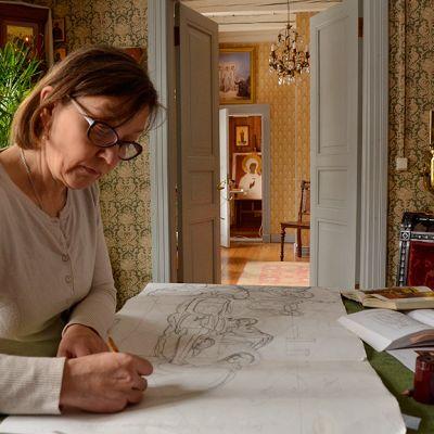 Ikonimaalari Liisa Tynkkynen työskentelee
