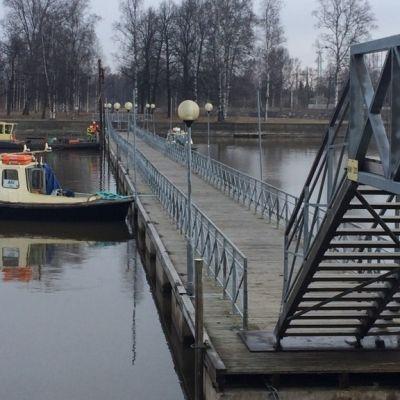 Taavi-silta asennettiin paikoilleen Porissa 12.4.2017