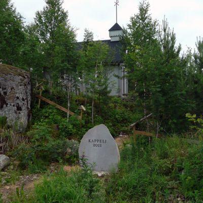 Tyllijoentien varrella seisova kappeli.