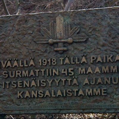 Valkoisten muistomerkki Korian sillan kupeessa