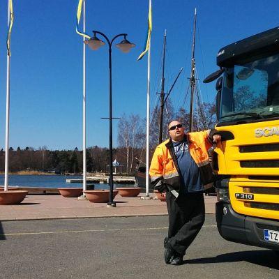 Riku Räsänen nojaa kuorma-autoon Raumalla Poroholmassa.