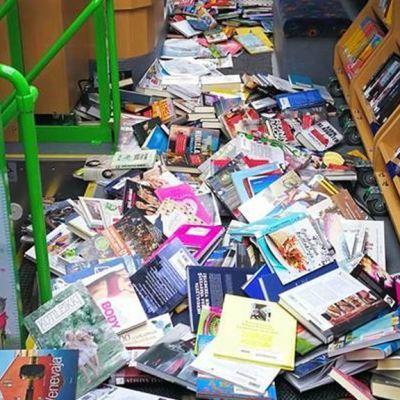 kirjoja kirjastoauton lattialla