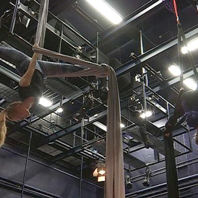 Sirkusharrastajia harjoittelemassa