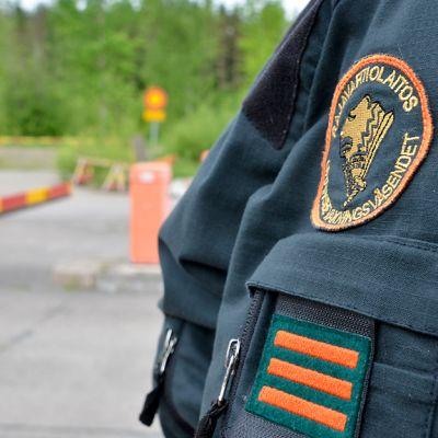 Rajavartija tarkkailee liikennettä.