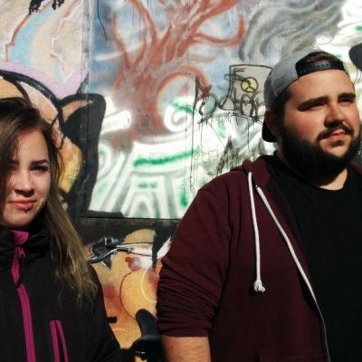 Mies ja nainen seinän edessä.