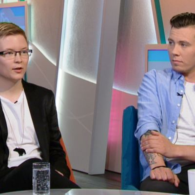 Transsukupuolisen arjesta keskustelemassa Sakris Kupila (vas.) ja Kasper Kivistö.