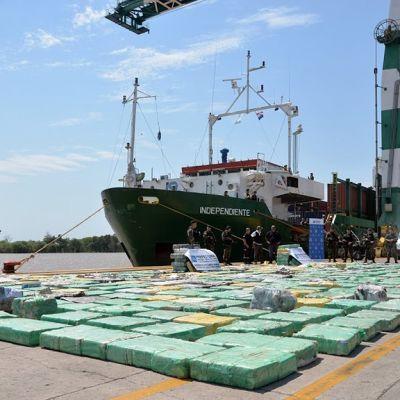 Poliisin laivasta takavarikoimaa marijuanaa Buenos Airesin satamassa.