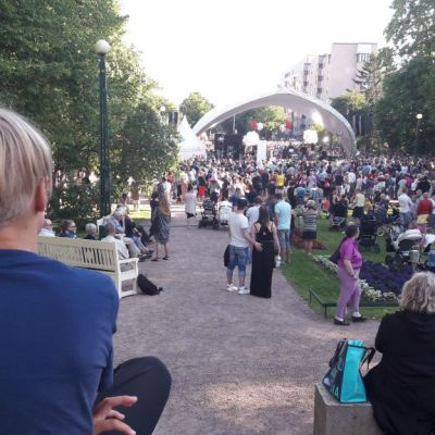 Poika ja konsertti  SuomiAreena Ratihuoneenpuisto Purje-lava Raatihuoneenpuisto täyttyi väenpaljoudesta Saara Aallon tähdittämässä ilmaiskonsertissa.