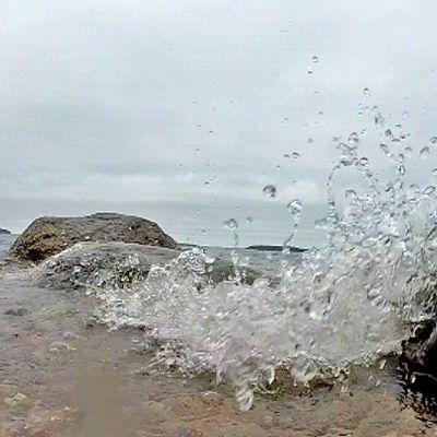 Pieni aalto lyö rantakiviin