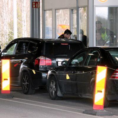 Rajavartijoita Nuijamaan  rajanylityspaikalla Lappeenrannassa.