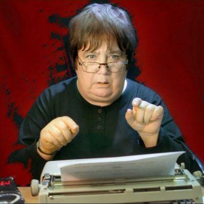 Ritva Valkama kirjoituskoneen ääressä