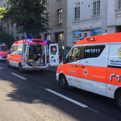 Ambulansseja Mannerheimintie 33:n kohdalla.