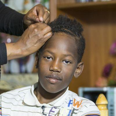 Nainen letittää pojan hiuksia