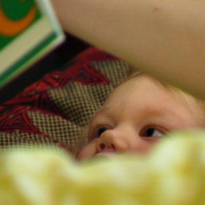 Sairas lapsi sängyssä.