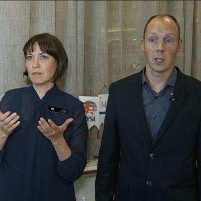 Kuva, jossa oikealla osaamiskeskuksen päällikkö Mikko Toivanen Kelasta ja vasemmalla viittomakielen tulkki.
