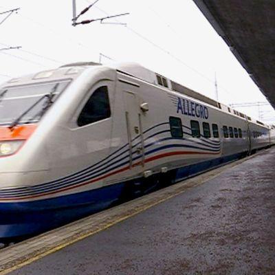 Allegro -juna saapuu Kouvolan asemalle