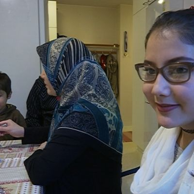Shakila Rafi istuu keittiössä perheensä seurassa