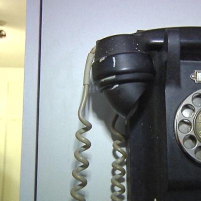 Kuvassa vanha seinäpuhelin
