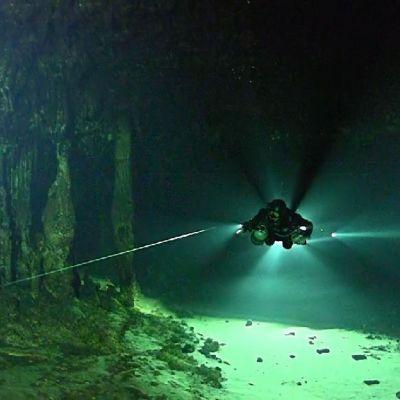 Sukeltaja luolastossa.