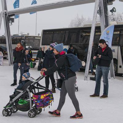 Jouluturisteja Rovaniemen lentoasemalla
