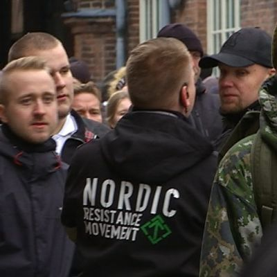 Sotilaspukuinen varusmies mielenosoittajien joukossa