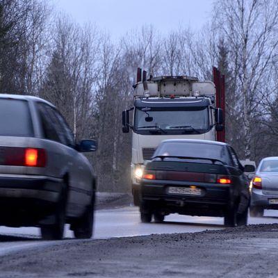 Viipurista Svetogorskiin menevällä tiellä on vilkas liikenne.