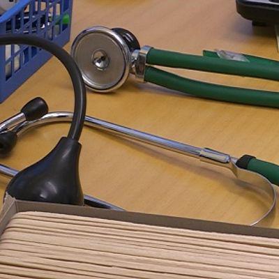 Stetoskooppi pöydällä.