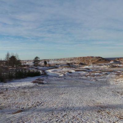 Pulkkamäki Yyterissä. Vähäisen lumen lomasta pilkistää hiekkaa.