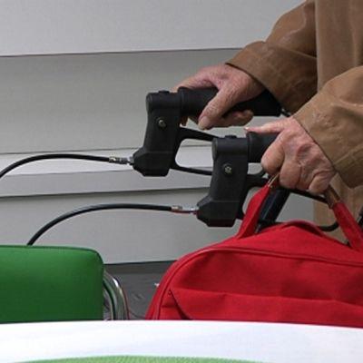 Vanhus työntää rollaattoria Marjoniemen terveysasemalla