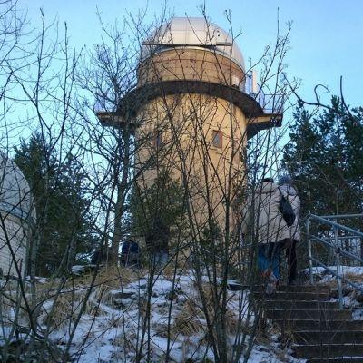 Tuorlan havaintotornit kaukoputkineen säilyvät Kaarinan Piikkiössä tähtitieteilijöiden muuttaessa Turkuun.