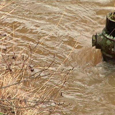 Vesi virtaa joessa.