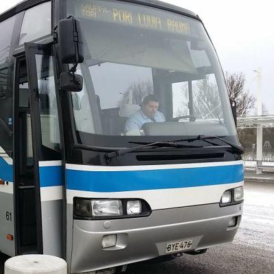 Satakunnan Liikenne ovi auki linja-auto bussi Pori-Luvia-Rauma Porin matkakeskus tammikuu 2018